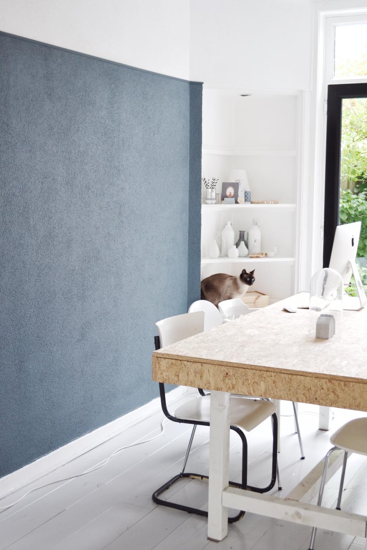 Blauwe muur met inbouwkast